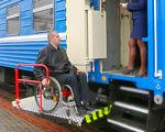 З початку року Придніпровська залізниця перевезла 178 пасажирів з обмеженими фізичними можливостями. придніпровська залізниця, обмеженими фізичними можливостями, пасажир-візочник, спецвагон, інвалід, train, person, outdoor, land vehicle, vehicle, clothing, wheel. A person standing next to a train