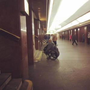 Фото візочника в київському метро схвилювало соцмережі