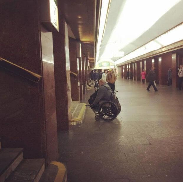 Фото візочника в київському метро схвилювало соцмережі. київ, візочник, метро, пандус, інвалід