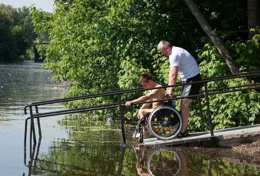 У Дніпрі може з'явитися екопарк відпочинку для молоді та людей з обмеженими можливостями. дніпро, екопарк, обмеженими можливостями, інвалід, інвалідність, tree, outdoor, man, bicycle, person, wheel, bicycle wheel, park. A man riding a skateboard on a rail