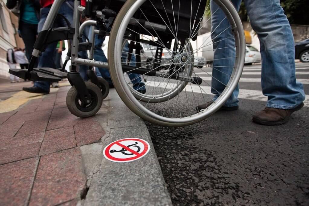 Сделать Сумы доступными можно и без капитальных ремонтов дорог. сумы, доступность, инвалид, кнопка вызова персонала, пандус, ground, outdoor, wheel, person, tire, bicycle, bicycle wheel, land vehicle, bike, vehicle. A bicycle parked on a sidewalk