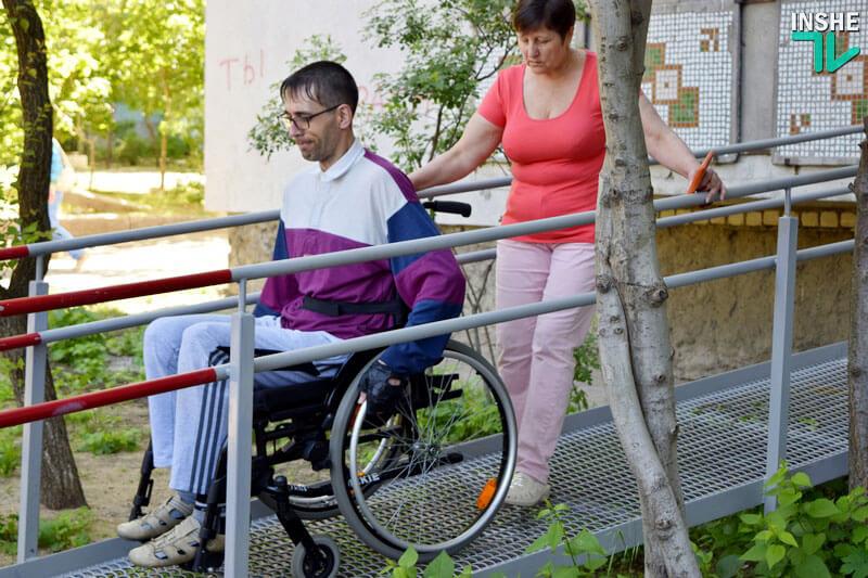 В Николаеве многоэтажки начали оборудовать пандусами, изготовленными инвалидами АТО (ФОТО, ВИДЕО)