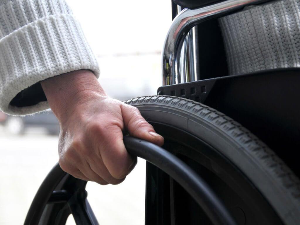 Лицам с ограниченными возможностями помогут проверить качество средства реабилитации. мінсоцполітики, инвалид, инвалидность, ограниченными возможностями, средства реабилитации, person, car, outdoor, tire, auto part, camera, synthetic rubber, vehicle, close. A close up of a person driving a car