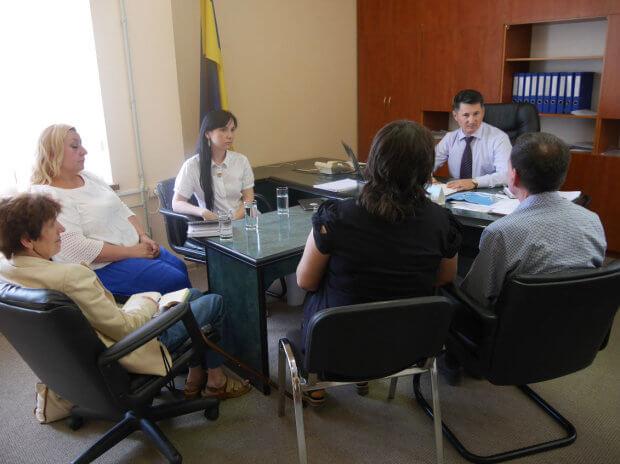 Проекти для людей з особливими потребами обговорили на зустрічі в Ужгородській міській раді. ужгород, волонтер, зустріч, особливими потребами, інвалід