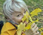 Раїса Панасюк: «Хочу, щоб ми бачили особистість у кожній людині». раїса панасюк, доступність, працевлаштування, урядовий уповноважений, інвалідність, person, grass, yellow, outdoor, human face, pipe. A boy wearing a yellow flower