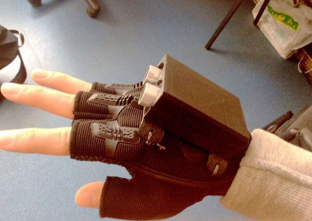 Одесские школьники создали «умную» перчатку, которая облегчит жизнь незрячим людям. glass glover, изобретение, незрячий, ограниченными возможностями, умная перчатка, indoor, box. A hand holding a piece of paper