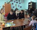 Як навчаються діти в інклюзивних класах (ВІДЕО). ужгород, обмеженими можливостями, порушення розвитку, інвалідність, інклюзивне навчання, indoor, person, table, wall, clothing, classroom, furniture, scene, people, group. A group of people sitting at a table