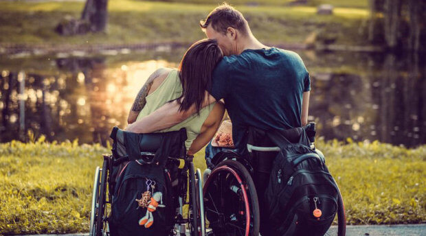 Як двоє закарпатців поїхали на заробітки на інвалідних візках. заробітки, пандус, пенсія, подружжя, інвалідний візок