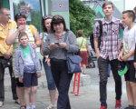 Як особливі дітки досліджували історичний Луцьк (ФОТО). луцьк, квест, особливими потребами, синдром дауна, учасник, person, ground, clothing, jeans, smile, outdoor, footwear, trousers, group, sunglasses. A group of people standing in front of a crowd posing for the camera