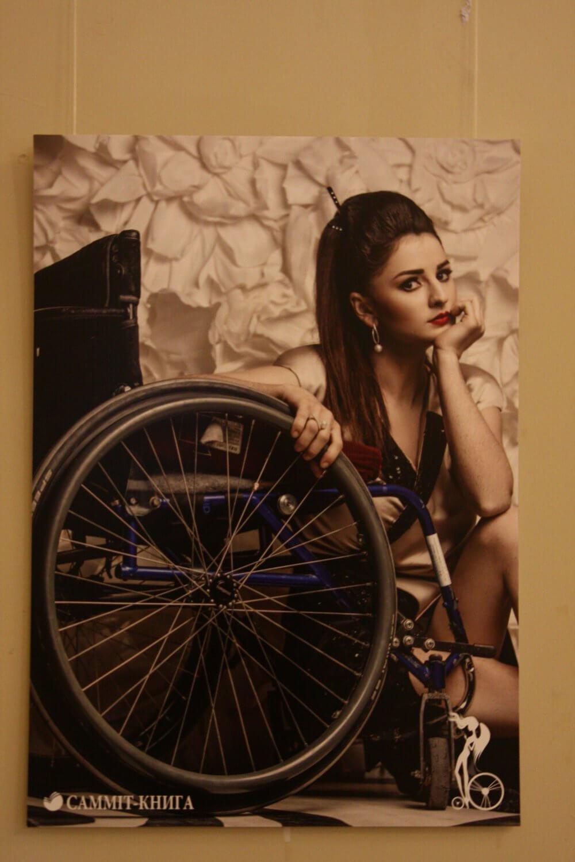"""""""Можемо бути привабливими і успішними"""" - показують виставку з красунями на інвалідному візку (ФОТО)"""