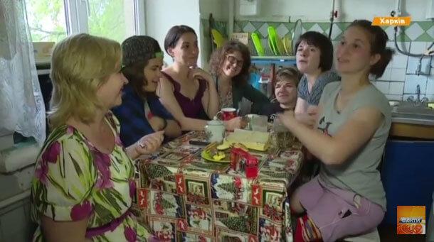 Швейцарці, італійці та українці подарували сиротам-інвалідам власне житло (ВІДЕО). харків, волонтер, проект літаючий будинок, інвалід, інвалідність, person, clothing, indoor, human face, woman, smile, girl, food, family, group. A group of people posing for the camera
