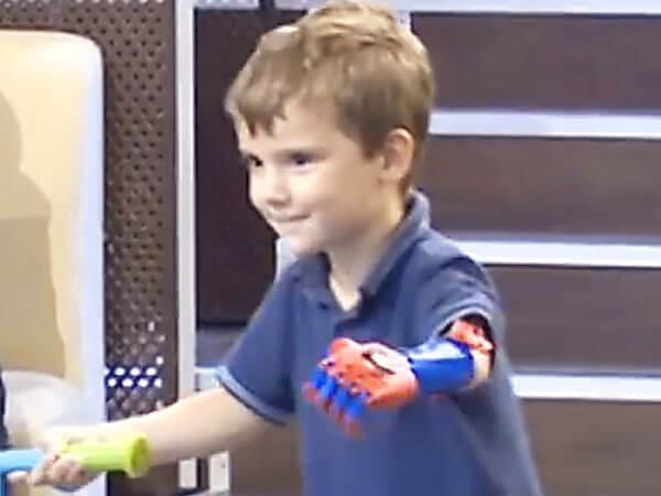 """Виктор Баклан: """"Пятилетнему Вове, родившемуся без одной ручки, мы сделали сине-красный протез — расцветки его любимого героя Спайдермена"""". 3d-протез, инвалид, инвалидность, конечность, протезирование"""