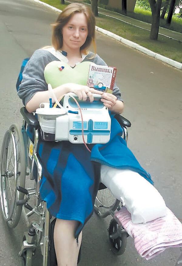 «Я скаржилася, що нога заніміла, а виявилось — її вже немає…». ольга тарасевич, ампутация, протез, фронтовий кухар, інвалід, outdoor, person, ground, clothing, wheel, seat. A woman sitting on a bicycle
