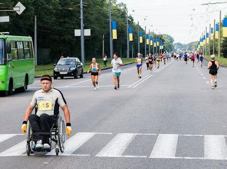 Колясочник с Сумщины после травмы спины нашёл в себе новые силы и начал творить чудеса в марафонах. дмитрий васильцов, инвалид, колясочник, марафон, травма спины