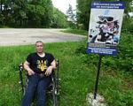 «Чим Україна відрізняється від Ізраїлю?», – інвалід з дитинства з Тернопільщини не розуміє, чому його не беруть в армію (ВІДЕО). віктор старущак, цахал, армія, відеозвернення, інвалід, tree, outdoor, grass, clothing, man, person, plant, sign, footwear. A man holding a sign posing for the camera