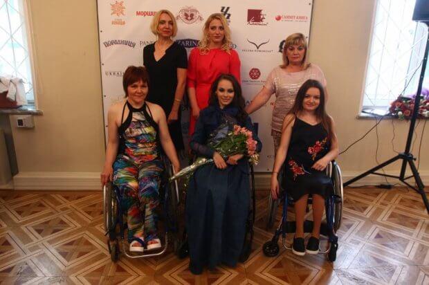 """""""Можемо бути привабливими і успішними"""" – показують виставку з красунями на інвалідному візку. дівчина, красуня, фотовиставка нескорена краса, інвалідний візок, інвалідність"""