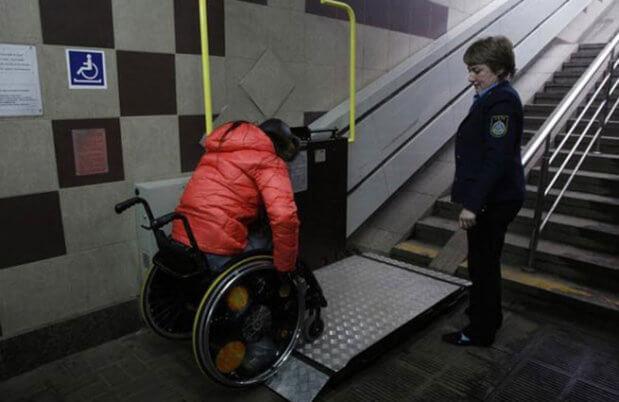 Стало известно, как изменится метро для людей с инвалидностью КИЕВ ИНВАЛИД-КОЛЯСОЧНИК МЕТРО ПОДЪЁМНИК ТАКТИЛЬНАЯ ПОЛОСА