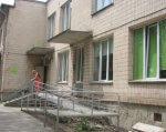 При центрі реабілітації дітей-інвалідів хочуть створити хостел. тернопіль, гуртожиток, дитина-інвалід, тимчасове перебування, хостел, building, outdoor, window, house, stairs, porch, door. A person standing in front of a building