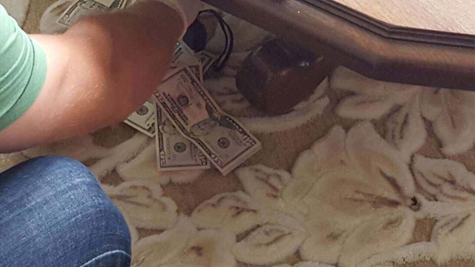 При одержанні 400 дол США неправомірної вигоди викрито лікаря Хустської районної лікарні