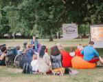 Славянск первым увидел «Единственный круг». славянск, инвалид, киносеанс, ограниченными возможностями, фильм единственный круг, tree, grass, outdoor, clothing, person, family, man, woman, people, plant. A group of people in a park