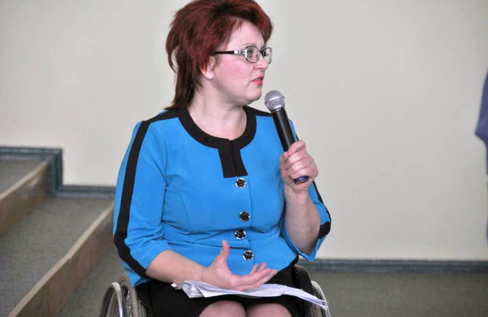 У Полтавській області проводитимуть аудит доступності об'єктів громадського та житлового призначення. полтавська область, аудит, доступність, обмеженими можливостями, інвалідність, person, wall, human face, clothing, glasses, microphone. A woman holding a microphone