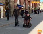 Дожити до 60-ти. Як Баварія стала найзручнішим містом для інвалідів (ВІДЕО). німеччина, обмеженими можливостями, робоче місце, інвалід, інвалідність, footwear, clothing, person, street, jeans, trousers, man, people, road. A group of people walking down the street