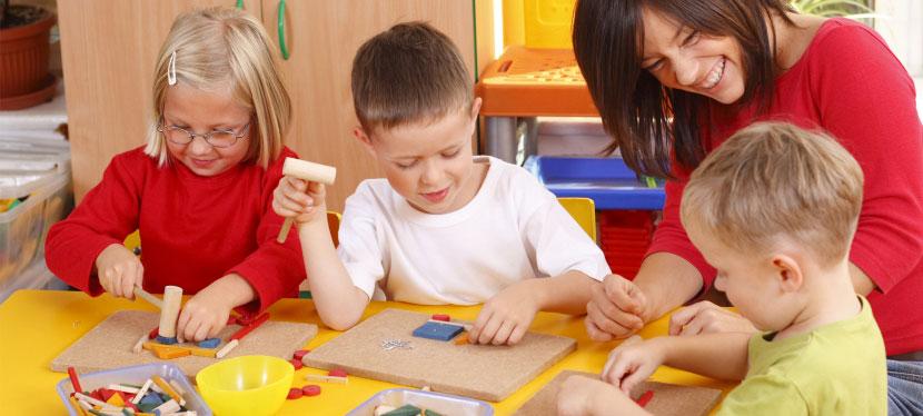 """""""Батьки – це найкращі лобісти раннього втручання"""" – фахівець із соціальної роботи Великої Британії, котра сподівається, що одного дня в Україні не буде потреби в притулках. арморе воусон, особливими потребами, раннє втручання, інвалідність, інтеграція, person, toddler, child, indoor, baby, boy, sitting, child art, little, human face. A small child sitting on a table"""