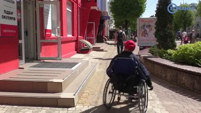 Недосяжні аптеки, нестача транспорту та життя у 4-х стінах: реалії для візочників (ВІДЕО). хмельницький, візочник, доступність, обмеженими можливостями, інвалідність, outdoor, ground, tree, land vehicle, wheel, vehicle, street, cart, bicycle, person. A person riding on the back of a bicycle