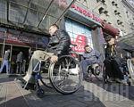 ВР внесла зміни в закон про забезпечення інвалідів безоплатним транспортним супроводом. законопроект, реабілітація, транспортне обслуговування, інвалід, інвалідність, building, outdoor, wheel, bicycle, land vehicle, person, bicycle wheel, wheelchair, vehicle, man. A man with a bicycle in front of a building