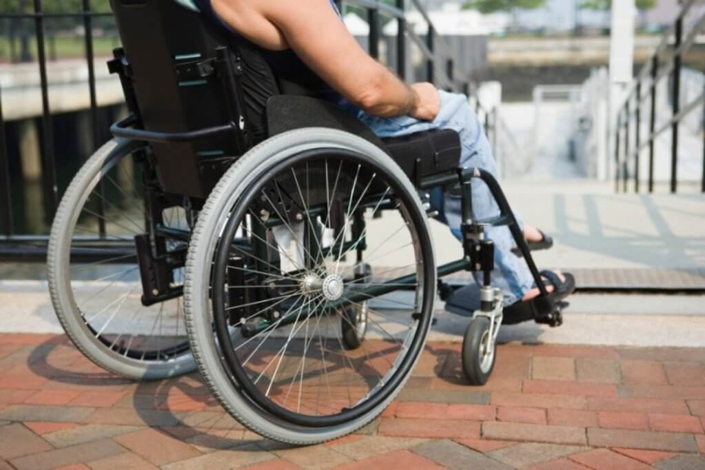 На Луганщині створюються умови для безперешкодного доступу осіб з інвалідністю. луганщина, доступність, засідання, інвалід, інвалідність, outdoor, bicycle, ground, building, wheel, sidewalk, person, bicycle wheel, furniture, tire. A bicycle parked on the side of a building