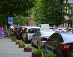 Хто в Івано-Франківську паркується на місцях для інвалідів? (ФОТО). івано-франківськ, паркування, рейд, інвалід, інвалідність, tree, land vehicle, vehicle, outdoor, vehicle registration plate, wheel, van, way, sidewalk, car. A car parked on a city street