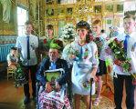 Із церкви дружину повіз на… своєму інвалідному візку. дцп, весілля, кохання, подружжя, інвалідний візок, person, flower, clothing, sport, smile, woman, group, dancer, man, posing. A group of people posing for the camera