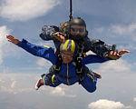 В одесском «Гидропорту» инвалид-колясочник прыгнула с парашютом с высоты 3000 метров (ФОТО). инвалид-колясочник, одесситка диана, парашют, программа открытое небо, прыжок, sky, outdoor, air, adventure, helmet, mountain, extreme sport, outdoor recreation, tandem skydiving, surfing. A man flying through the air while riding skis
