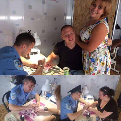 Записуйтеся у чергу! Боєць АТО з інвалідністю вразив Україну незвичайним заняттям. олександр вернигора, костюмований манікюр, учасник ато, інвалід, інвалідність, person, clothing, human face, indoor, smile, food, woman, man, group, room. A group of people sitting at a table