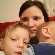 Жінка, яка пересувається в інвалідному візку, успішно народила вже другу дитину