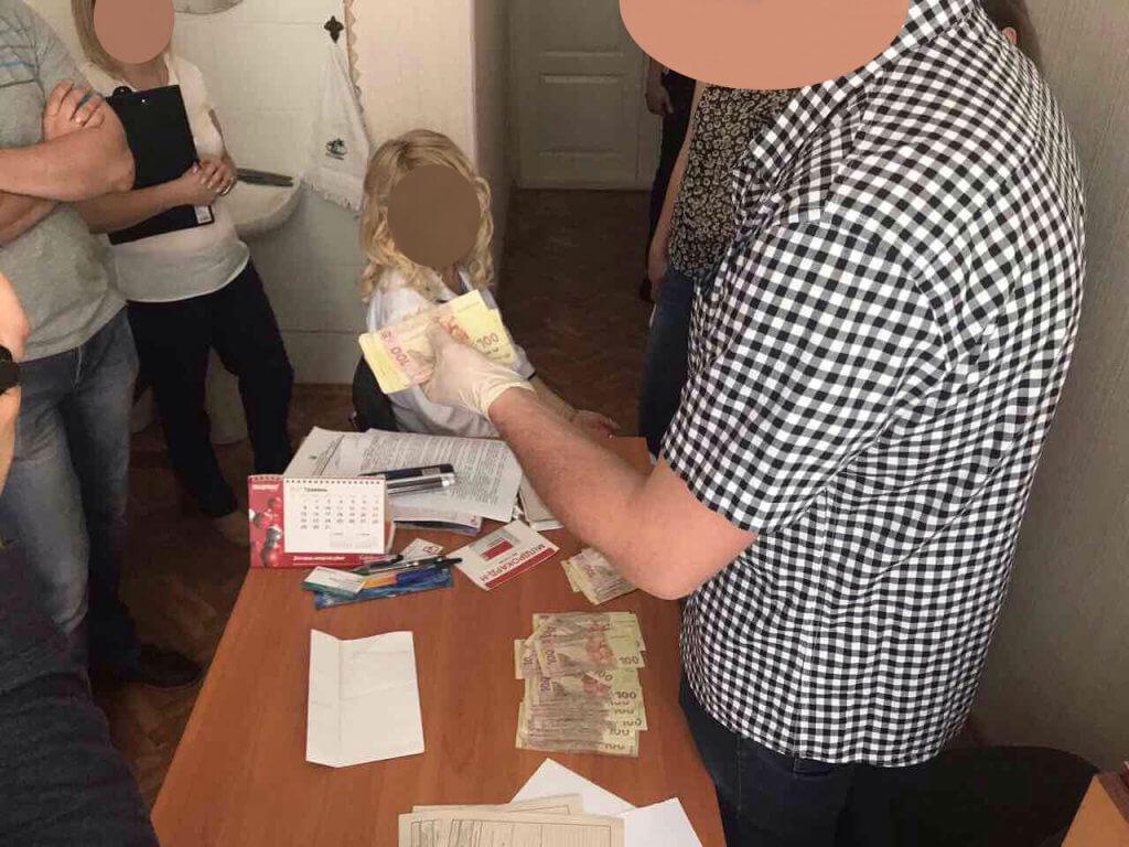 Затримано завідувача відділення Черкаської обласної лікарні, яка вимагала 10 000 грн. неправомірної вигоди за видачу медичних документів для оформлення групи інвалідності (ФОТО). черкаси, кримінальне провадження, неправомірна вигода, хабар, інвалідність, person, clothing, indoor, human face. A person standing on a cutting board with a cake
