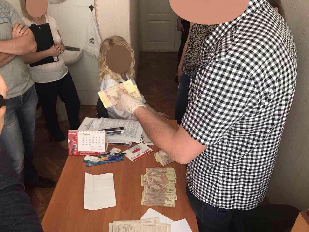 Затримано завідувача відділення Черкаської обласної лікарні, яка вимагала 10 000 грн. неправомірної вигоди за видачу медичних документів для оформлення групи інвалідності (ФОТО)