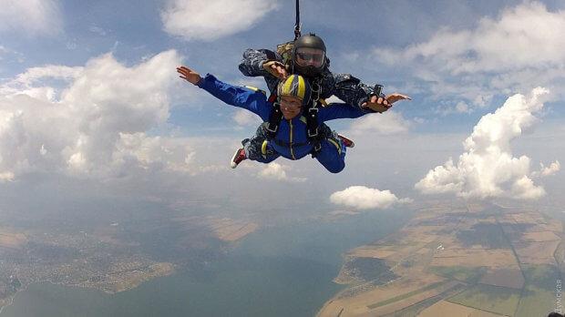В одесском «Гидропорту» инвалид-колясочник прыгнула с парашютом с высоты 3000 метров. инвалид-колясочник, одесситка диана, парашют, программа открытое небо, прыжок