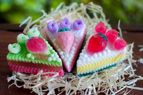 26-летний парализованный житель Луцка сумел стать… успешным мыловаром. андрей вронский, инвалидность, мыло, мыловар, травма, cake, table, birthday, birthday cake, decorated, candy, sweet, baked goods, food, cupcake. A train cake sitting on top of a table
