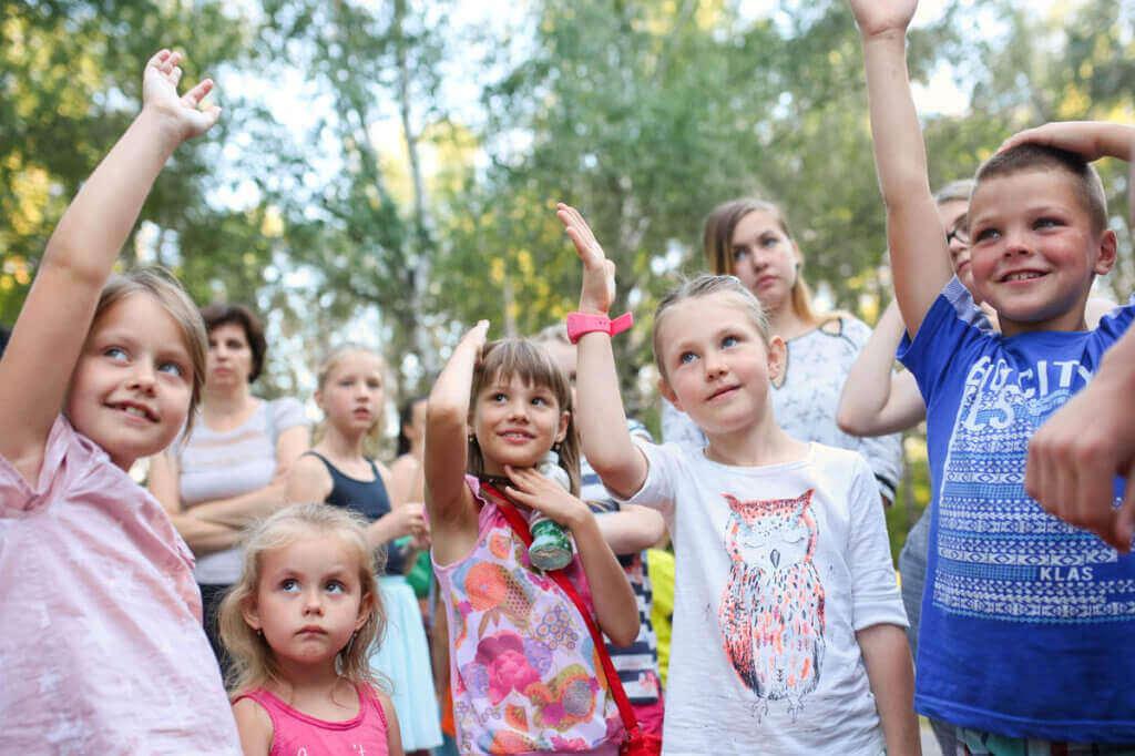 Прес-реліз: Санофі в Україні продовжує реалізовувати програму з підтримки та оздоровлення дітей із діабетом. миргород, санофі, ендокринолог, оздоровлення, цукровий діабет, person, tree, outdoor, human face, smile, clothing, toddler, child, baby, girl. A group of people posing for the camera
