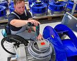 Большие фирмы чаще трудоустраивают инвалидов. германия, инвалид, ограниченными физическими возможностями, предприятие, трудоустройство, person, engineering, clothing, technician, cart. A person sitting on a motorcycle