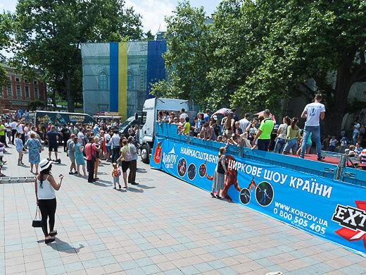 В Одесі встановлено ще один Національний рекорд: переміщення тягача з причепом. Фоторепортаж