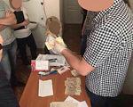 До суду скеровано обвинувальний акт стосовно завідувача відділення Черкаської обласної лікарні, яка вимагала хабар у розмірі 10 000 грн.. черкаси, кримінальне правопорушення, обвинувальний акт, хабар, інвалідність, person, clothing, indoor, human face. A person standing on a cutting board with a cake