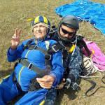 Світлина. В одесском «Гидропорту» инвалид-колясочник прыгнула с парашютом с высоты 3000 метров. Життя і особистості, инвалид-колясочник, прыжок, парашют, одесситка Диана, программа Открытое небо