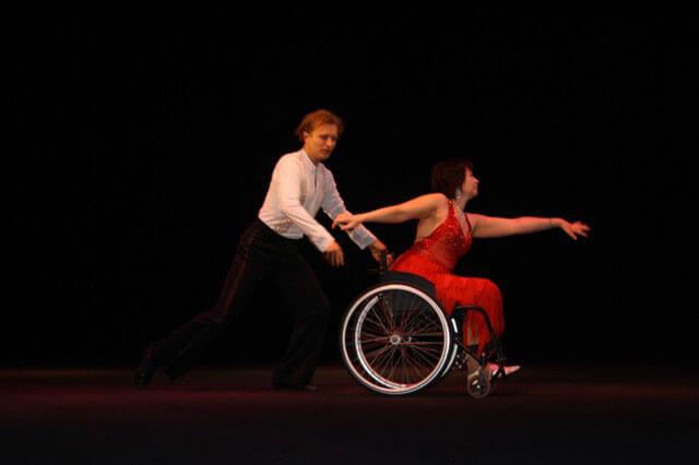 «Жемчужины Юга»: в Николаеве прошел творческий конкурс для людей с инвалидностью (ВИДЕО). жемчужины юга, инвалид, инвалидность, психологическая реабилитация, соціалізація, man, road, person, dance, wheelchair, clothing, night, male. A man riding on the back of a bicycle