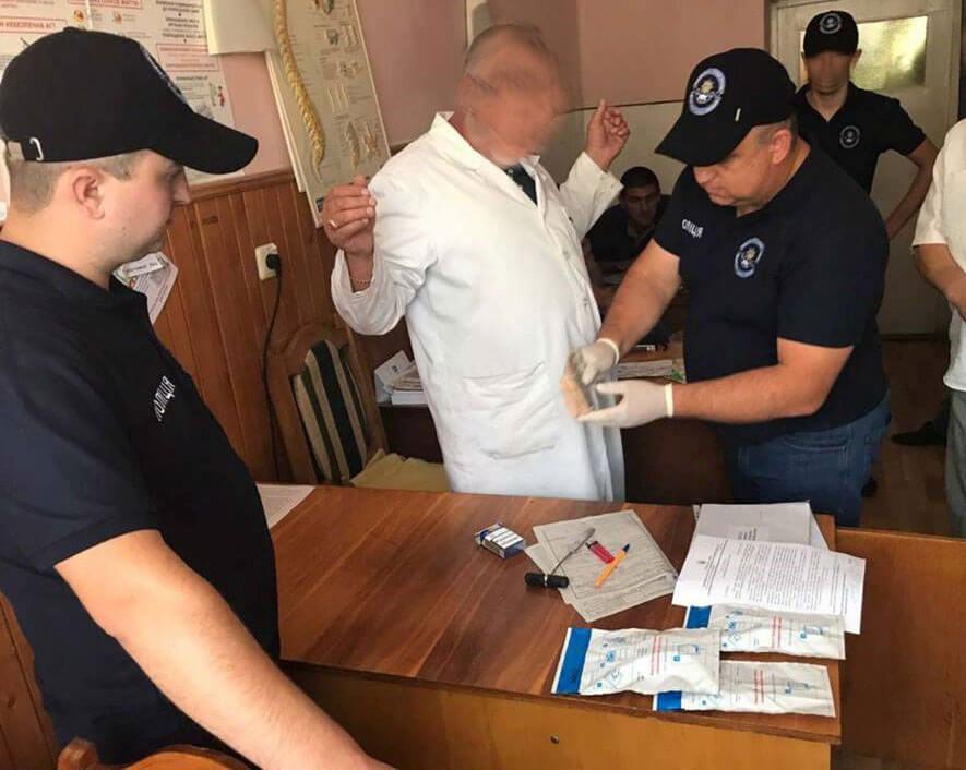 При одержанні 8 тис грн неправомірної вигоди викрито лікаря Тячівської районної лікарні