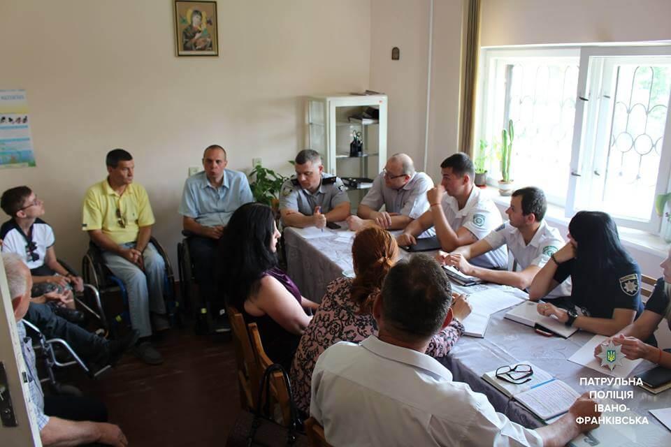 Франківські патрульні з'ясовували з якими проблемами стикаються візочники (ФОТО)