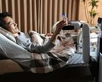 Японські конструктори створили помічника інвалідів (ВІДЕО). toyota, японія, особливими потребами, робот human support robot, інвалід, indoor, bottle, furniture, vase, person, sofa. A man and a woman sitting on a bed