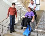 Надання транспортних послуг пристосованим до потреб інвалідів-візочників автомобілем з використанням сходового мобільного підйомника. южноукраїнськ, мобільний підйомник, обмеженими можливостями, транспортна послуга, інвалід-візочник, person, indoor, clothing, floor, footwear, wheelchair, jeans, man, smile. A group of people standing in a room