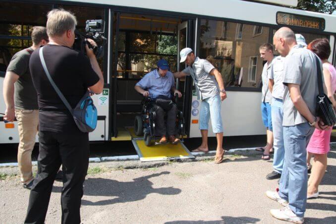 Водіїв та кондукторів кропивницьких тролейбусів вчили допомагати людям з інвалідністю (ФОТО). кропивницький, пандус, семінар, тролейбус, інвалідність, person, outdoor, clothing, road, footwear, jeans, man, trousers, people. A group of people walking down the street